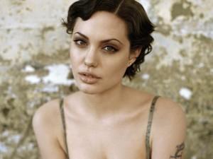 Angelina-Jolie-s-korotkoy-strijkoy